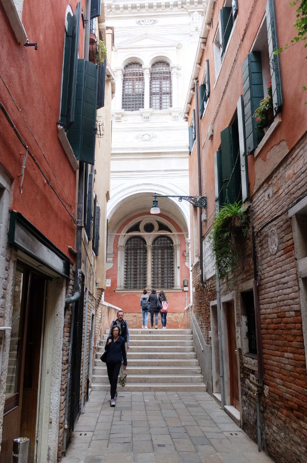 alleys-of-venice-old-town-italy