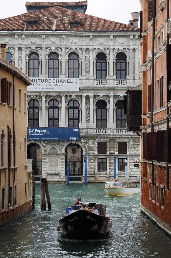 canals-venice-italy-gondolas-boat