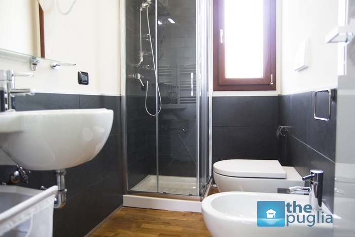 three-room-apartment-puglia-holidays-bathroom